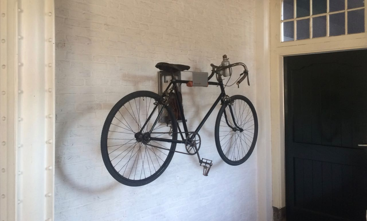 bikehanger artivelo with classic bicycle artivelo english. Black Bedroom Furniture Sets. Home Design Ideas