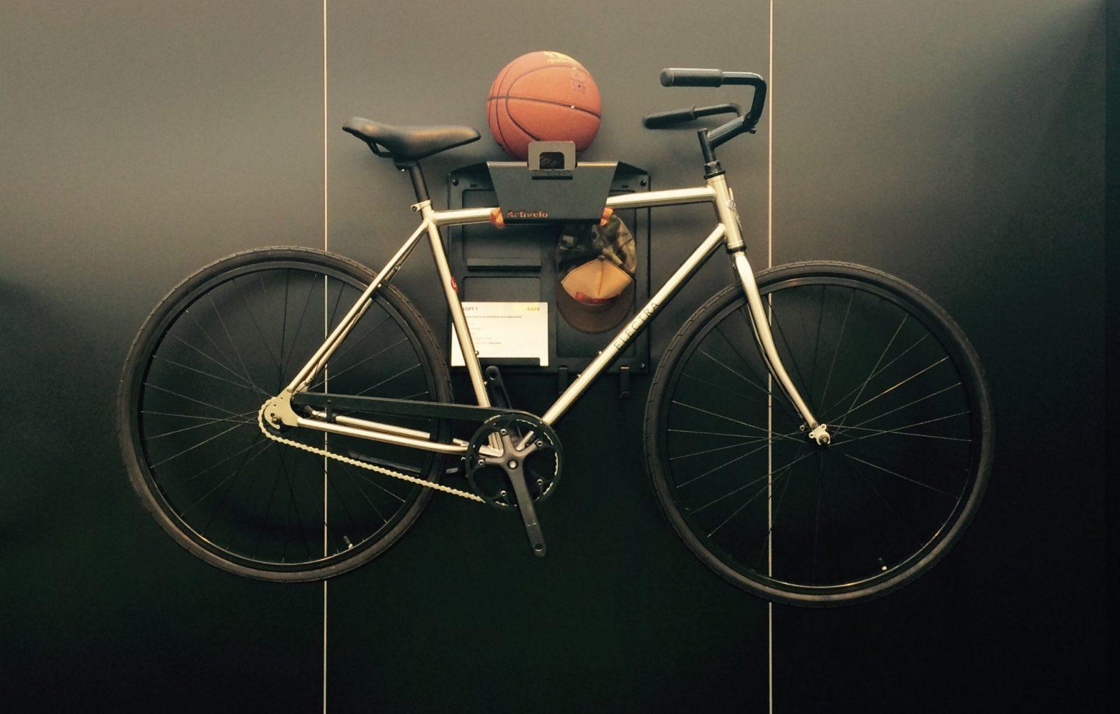 Electra Loft hangend aan de muur met de BikeDock
