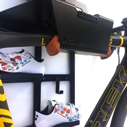 Trek fiets hangend aan de muur