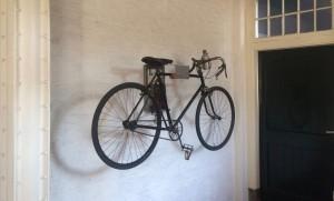Klassieke fiets ophangen