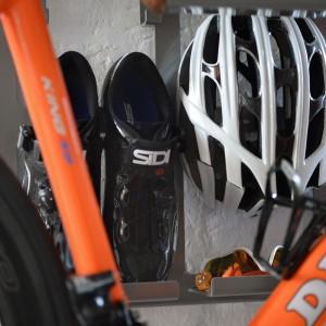 Artivelo BikeDock Loft Aluminium Grey fietsophangsysteem Fiets Wall Mount Fiets muurbeugel fiets ophangsysteem racefiets ophangen muur fietssteun fietshouder wandhouder fietssteun design interieur specialized oakley sidi shoes