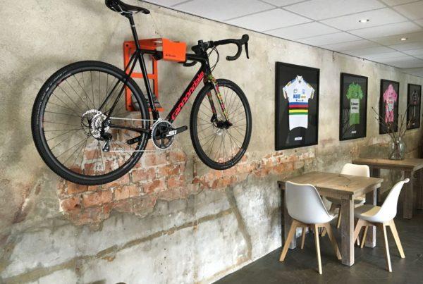 Fietsen ophangen bij Café VillaVelo