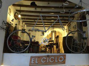 el-ciclo-barcelona-ramiro-sobral-fietsverhuur-fietsenwinkel-reparatie-handgemaakte-lampen-recyle-cadeaus-bamboe-fietsen-2