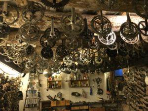 el-ciclo-barcelona-ramiro-sobral-fietsverhuur-fietsenwinkel-reparatie-handgemaakte-lampen-recyle-cadeaus-bamboe-fietsen-3