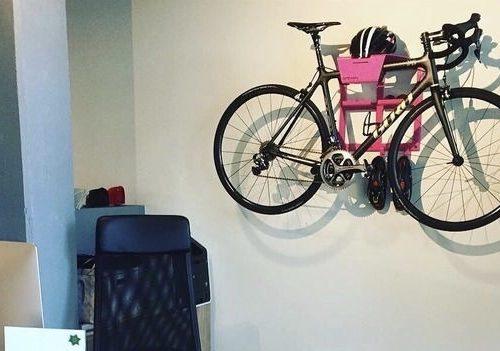 Wielrenfietsen ophangen aan de muur