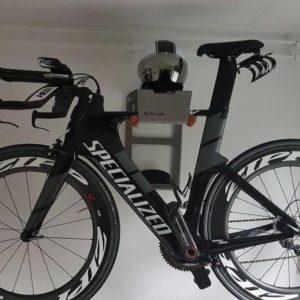 fiets hangend aan de muur