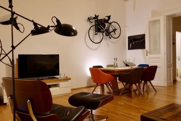 Ophangen wielrenfiets aan de muur