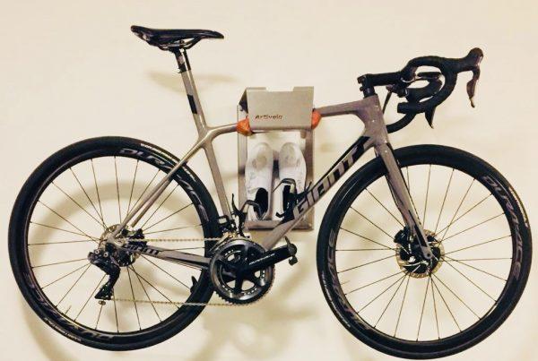 Je fiets hangend aan de muur